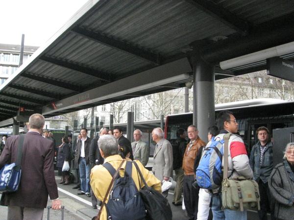 排隊等公車 出遊囉