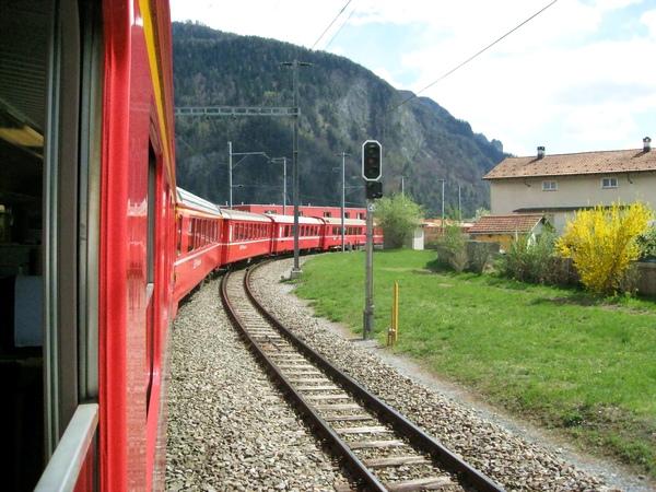 伸出窗外 好漂亮的列車!