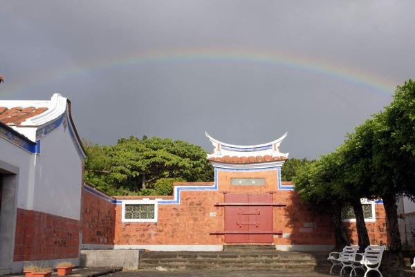 遠方彩虹.JPG