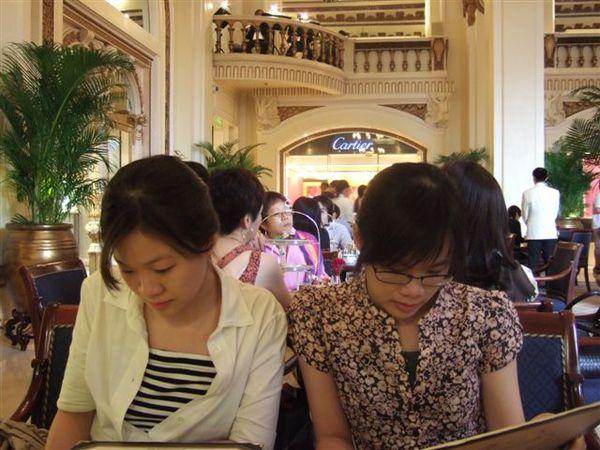 半島酒店下午茶3-準備點餐囉.JPG