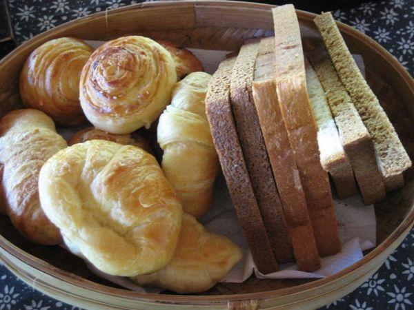 享用早餐 麵包好多哦.JPG