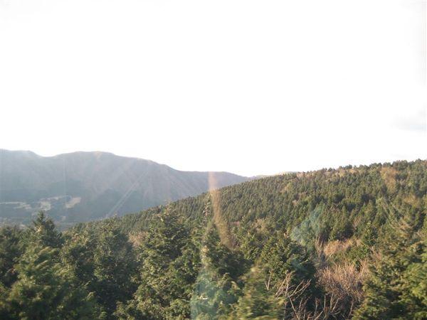 箱根-覽車外景色 (看的到富士山,可是卻拍不起來).JPG
