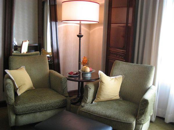 房間2-沙發.JPG