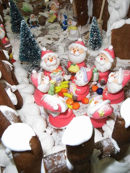 薑餅屋裡開會中的聖誕老公公