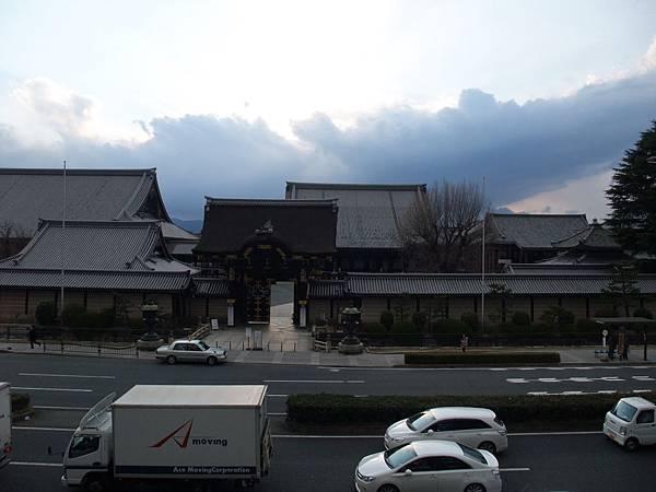 2012-0324-02窗口看出去的西本願寺