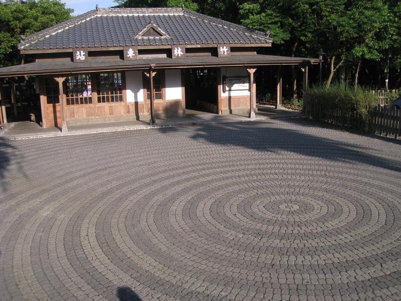 「竹林車站」前像年輪般砌成的地板-賴亮儒