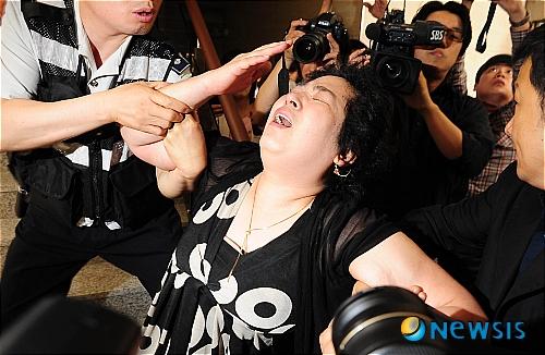 20110527蔡東河自殺母親哀痛.jpg