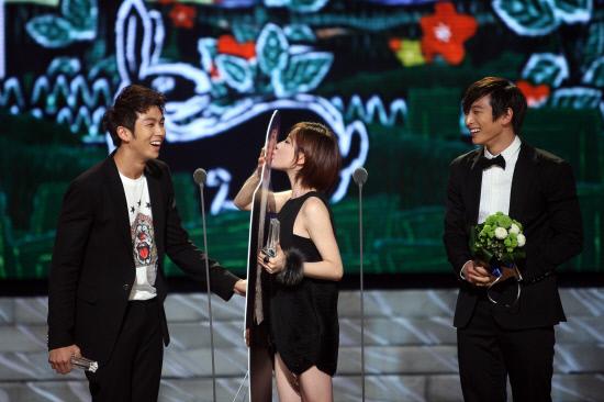 20101230_MBC演藝大賞_佳人吻趙權.jpg