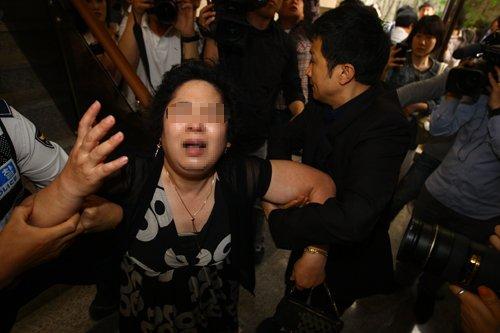 20110527蔡東河自殺母親哀痛1.jpg