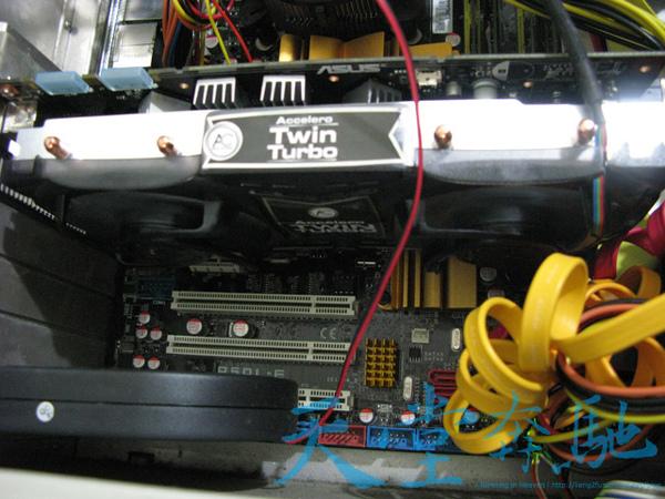 機殼內部安裝顯卡側面.jpg