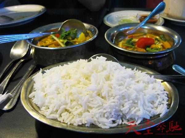 主菜上場!!!!米是泰式長米,左方是海鮮咖哩,右邊是蔬菜咖哩!!!!
