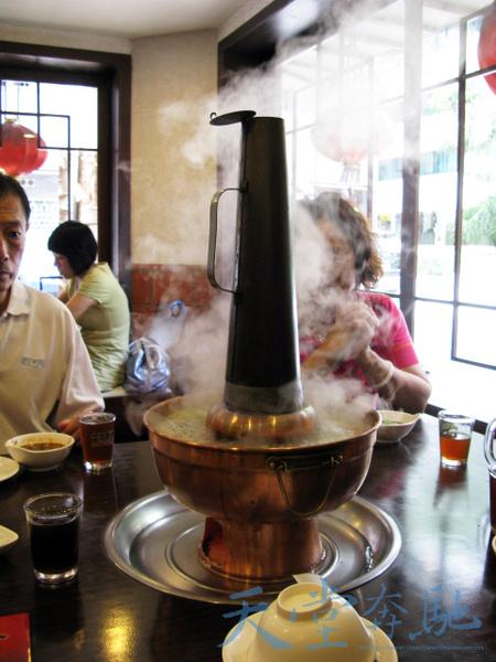鍋身使用底部設有碳桶的特製鍋具,其金屬材質選用銅是一般常見的。