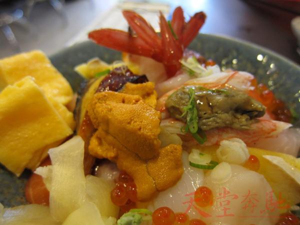 海鮮丼的海膽近照