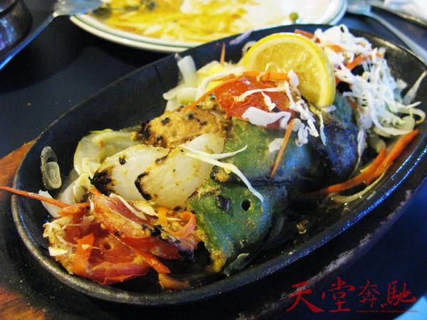 招牌烤雞肉,廚師考好在放在燠熱的鐵盤上保持溫度。