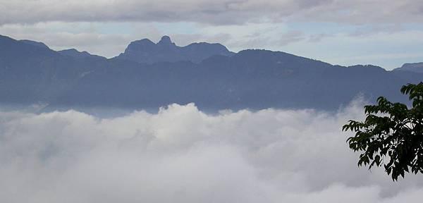 或遠眺山嵐變化,且盤坐數息,眨眼間即會撥雲見山。