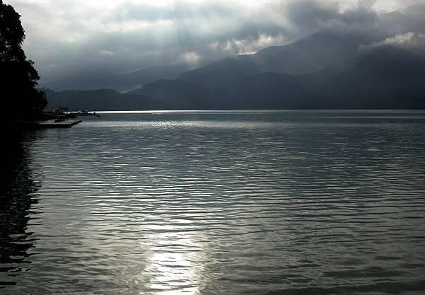 旭日初昇,水面除了晨泳者的身影 只剩輝映的陽光