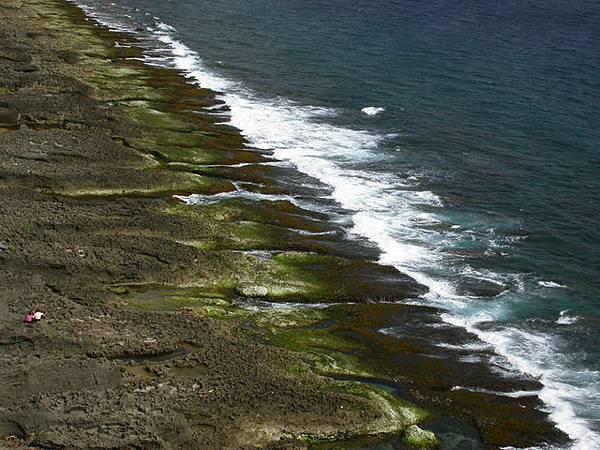 聲稱活過千百世紀的嶙峋岩石,正享受浪濤的刷洗