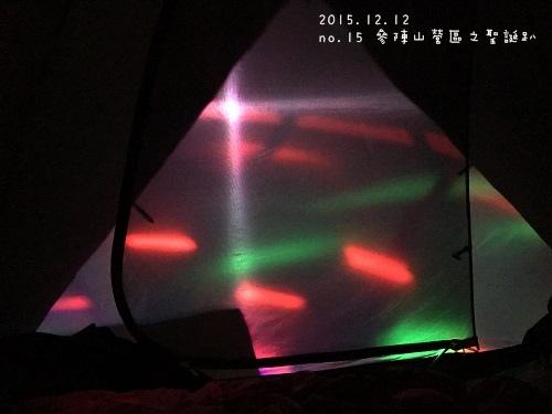 帳棚內往外看的霓虹燈