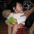 這是她愛的小青蛙,都啃青蛙腿,而且是會出聲的哪隻腳,口水搞得氣孔都燒瞎~