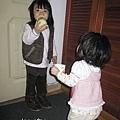 但是大小姐都站在那邊不動...哈哈哈哈...那是娘親我的靴子