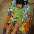 多寶很愛這椅子,一下要扣一下要開...