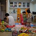戰場...靚靚一直不給多寶玩玩具