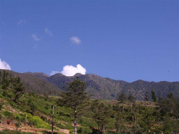 自雪山登山口望東峰與哭坡
