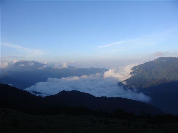 黃昏時分雲海湧入峽谷