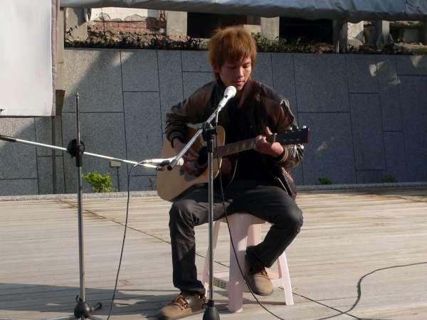 自彈自唱吉他手