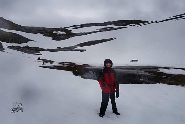 帥氣的香蕉爸爸走在雪路裡