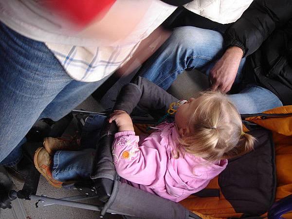 公車上的小女孩