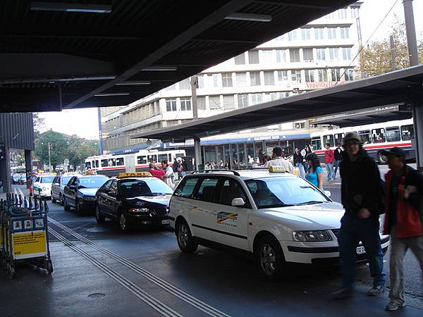 車站外排隊的計程車