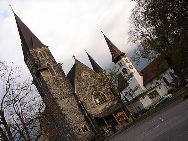 旅館後面的教堂