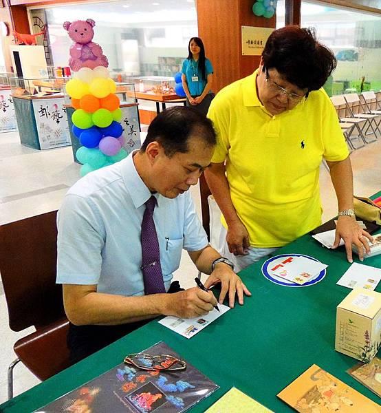 高雄郵局局長郭同志幫郵友簽名2.jpg