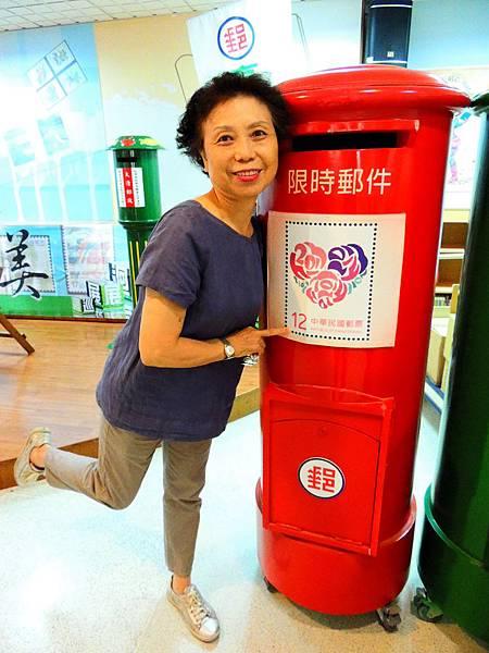 展場巡禮-志工與郵筒.jpg