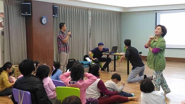 1050312親子玩身體-老師引黃鼠狼與兔子對手戲.jpg