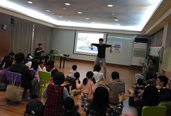 1050312親子玩身體-三毛老師帶玩肢體4.jpg