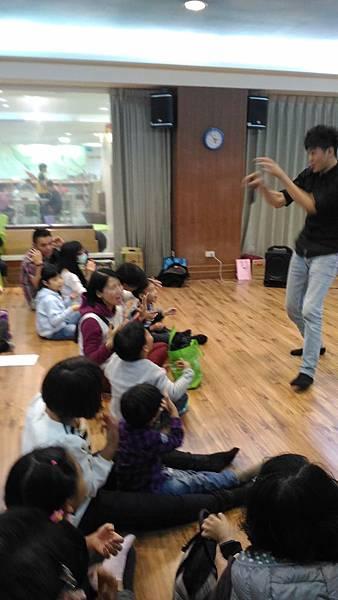 1050312親子玩身體-三毛老師帶完肢體.jpg
