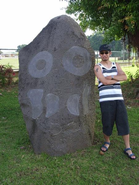 飯店草坪上的奇怪石雕