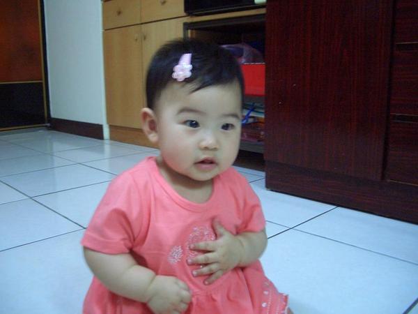 八個多月時穿著新衣桃紅色小洋裝~~