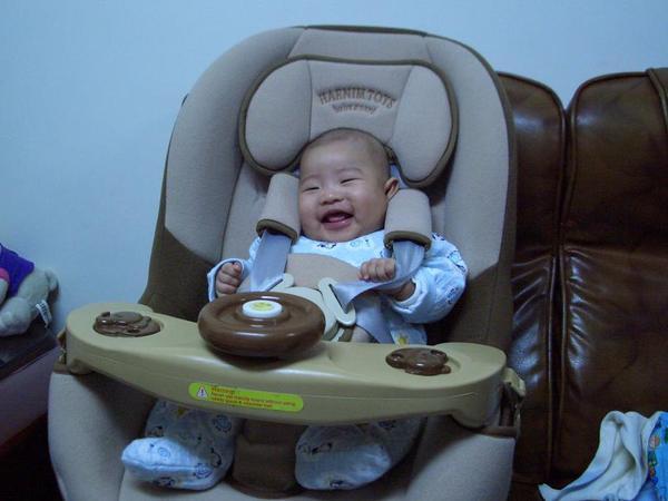 坐兒童汽車座椅笑得很開心