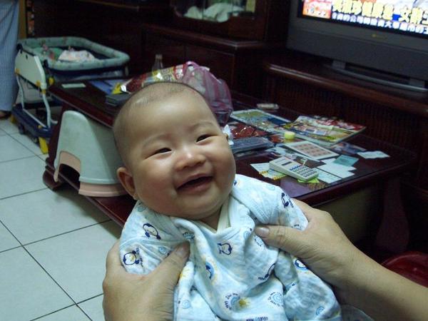 被奶奶抱著笑得很開心的彤..
