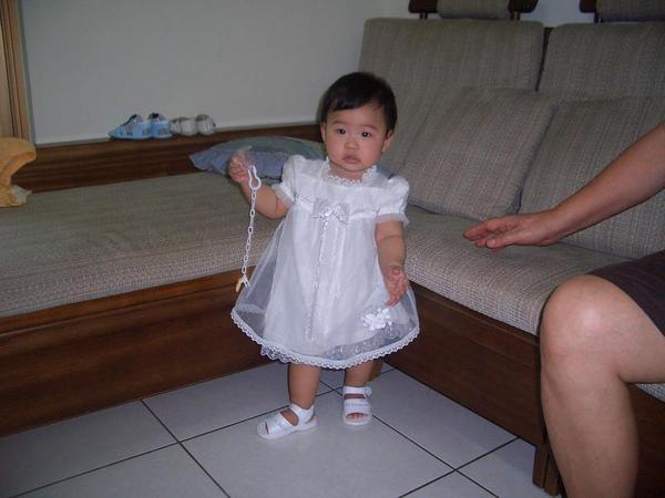 白色小洋裝彤~~差不多10個月大囉!!