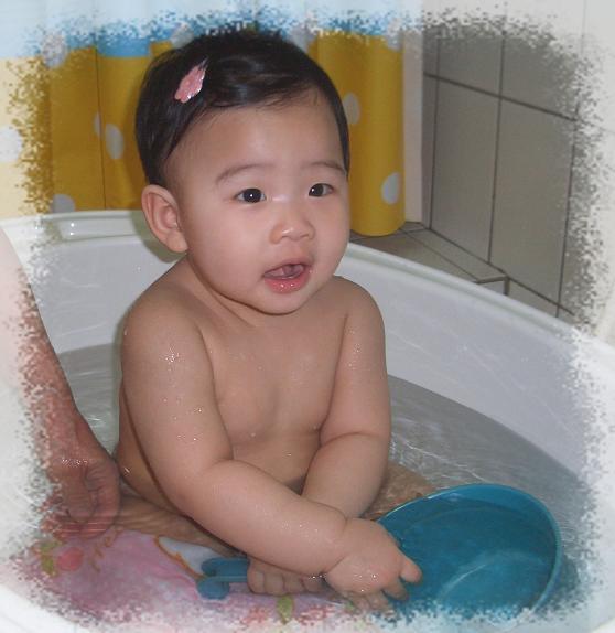 既然是小朋友~~一定要來一張裸體出浴圖的啊!!XD
