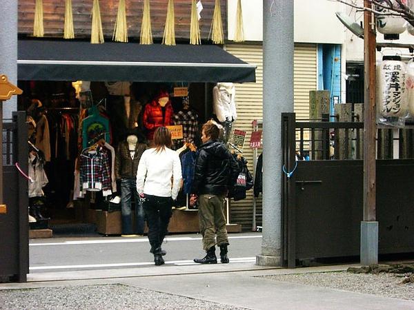 神社門口站著兩個金毛小伙子