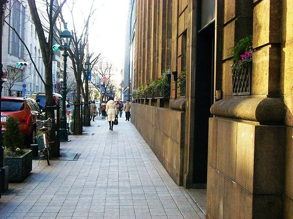人們悠閒散步在美好氛圍裡.jpg