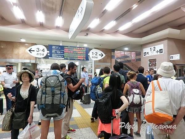 一堆人擠在宮崎車站