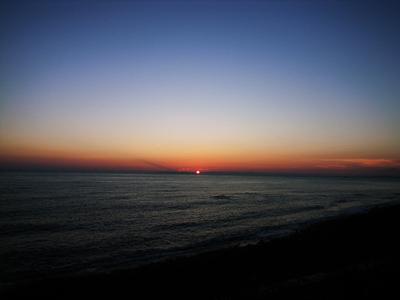 夕陽掉進海平面