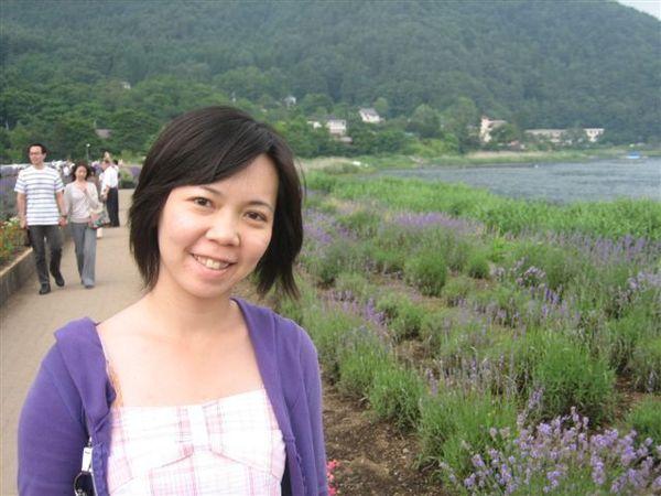 096.後面的薰衣草跟我的小紫外套好搭唷.JPG