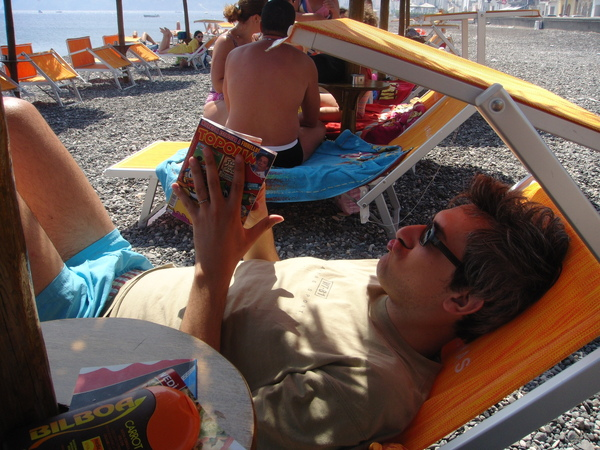 Ivano reads AGAIN in the beach 又在看書的老伊